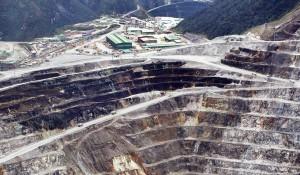 Aktivitas tambang terbuka Grasberg, PT Freeport Indonesia di Papua, Sabtu (12/5). Tambang terbuka Grasberg (kawasan puncak) yang menjadi andalan selama ini akan ditutup pada 2016, potensi yang mulai ditambang dari deposito bawah tanah masih akan berproduksi hingga 2041. Tahun 2041 adalah masa berakhirnya seluruh kontrak (dan masa perpanjangan) Freeport di kawasan ini.  Kompas/Agus Susanto (AGS) 12-05-2012